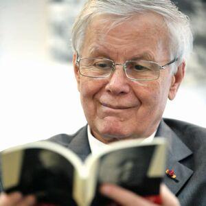 Biografii: Eugen Simion – critic și istoric literar, editor, eseist, profesor universitar român, membru al Academiei Române și președinte al acestei instituții din 1998 până în aprilie 2006
